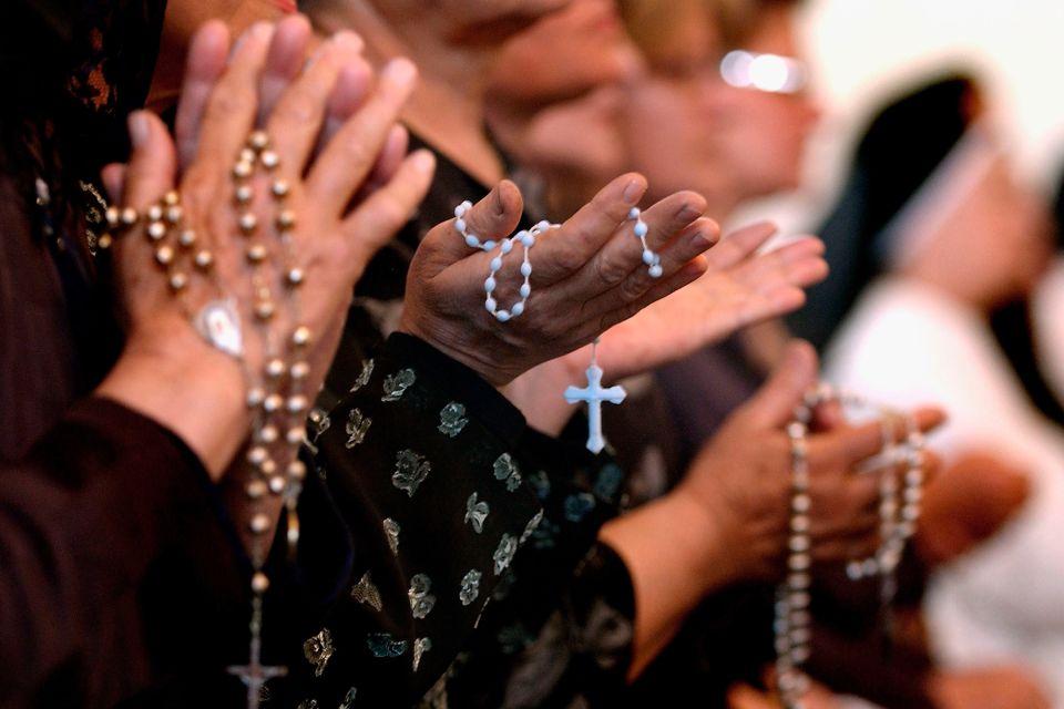 iraqi_christians_pray_rosary-56a1060d5f9b58eba4b6cf26