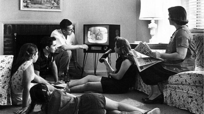 pessoas-assistindo-tv-na-dc3a9cada-de-1950